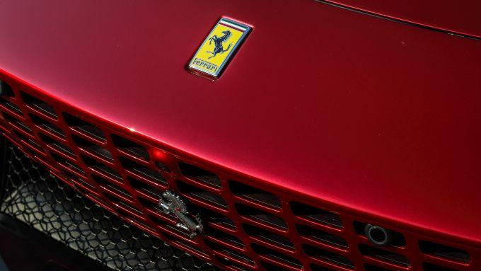 Il Cavallino Rampante sul frontale della Ferrari Roma, caratterizzato dalla nuova griglia monolitica