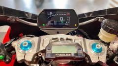 Il cruscotto della Yamaha R9M è da moto da corsa, così come la piastra di sterzo realizzata dal pieno