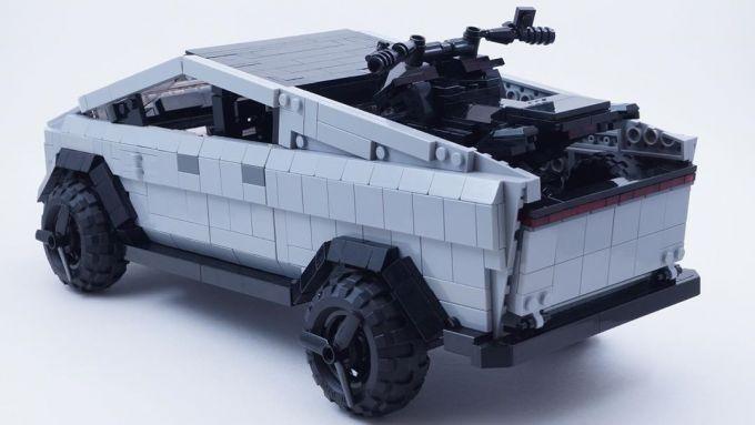 Il Cybertruck di Lego con a bordo il suo bel CyberQuad