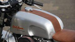 Il dettaglio di pelle sul serbatoio della special Chief Racer, la cafè racer su base Indan Chief