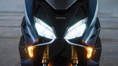 il faro anteriore a LED dell'Honda Forza 750