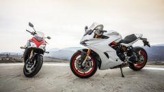 Il frontale della Suzuki GSX-S1000F e la Ducati Supersport S di profilo