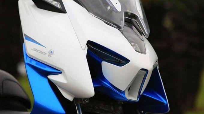 Il frontale dello scooter 300 Zontes ZT300T-M