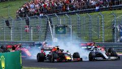 Il fumo alzato da una Mercedes che inchioda alla curva 1 nel GP Ungheria nel 2019