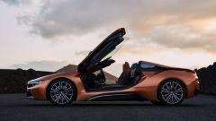 Il geniale video di BMW per la pensione del CEO di Mercedes BMW i8 Roadster fianco