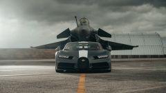 Il jet Dassault Rafale Marine incombe sulla Bugatti Chiron Sport Les Legendes Du Ciel