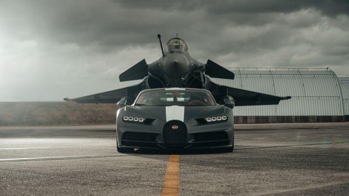 Il jet Dassault Raphale Marine incombe sulla Bugatti Chiron Sport Les Legendes Du Ciel