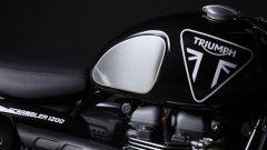 Il logo Triumph sul serbatoio della Scrambler 1200 Bond Edition