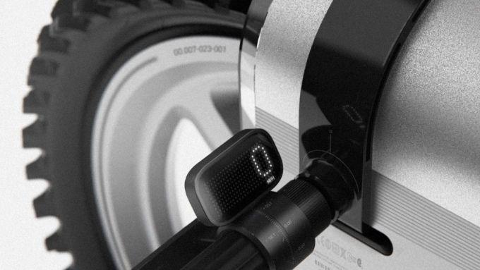 Il manubrio della Polestar SLR con il contachilometri in vista