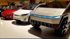Il modellino di Tesla Cybertruck con gli altri modellini di Tesla