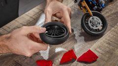 Il montaggio della ruota posteriore della Ducati Panigale V4 R di Lego Technic
