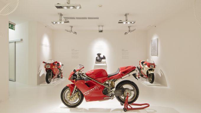 Il Museo Ducati e la 916 in primo piano