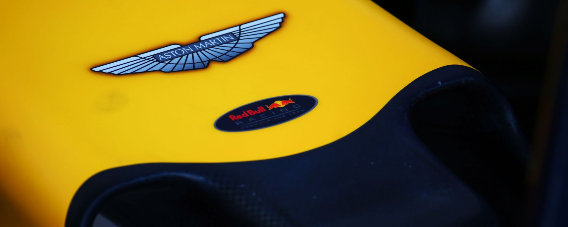 Il musetto di una Red Bull Racing con logo Aston Martin