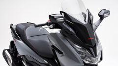 Il parabrezza regolabile dell'Honda Forza 300 Limited Edition