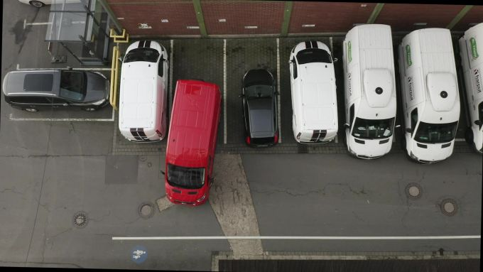 Il Park Assist di Ford Transit nei parcheggi in serie