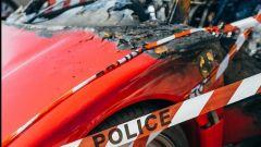 Il particolare del Cavallino della Ferrari F40 bruciata a Monaco