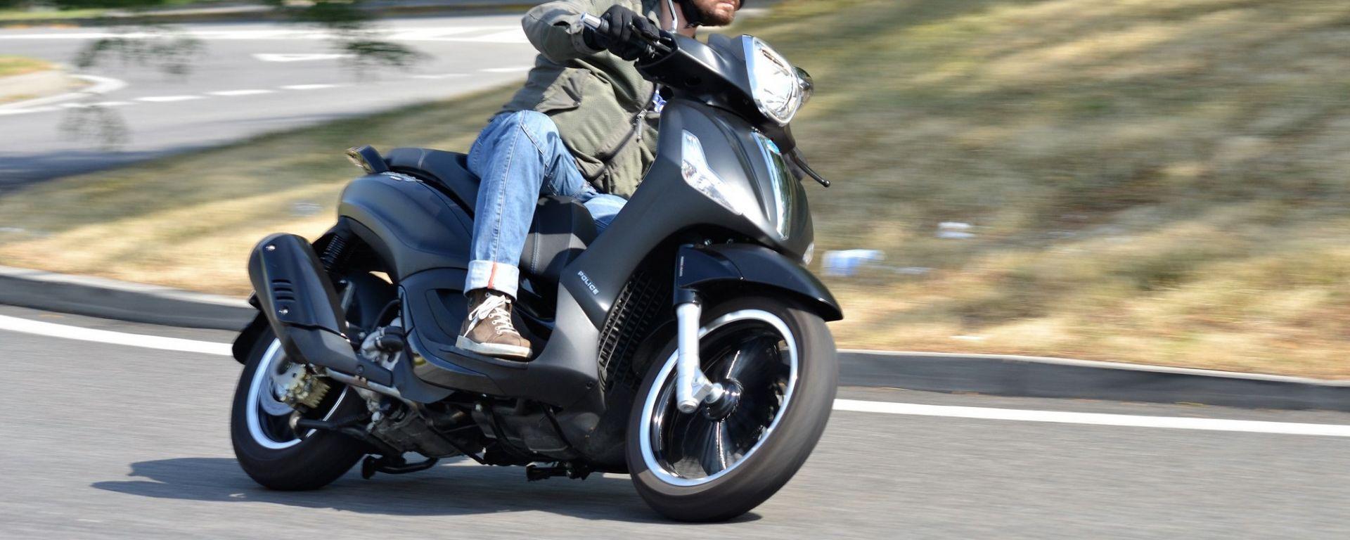 Il Piaggio Beverly 300 ha una guida quasi motociclistica
