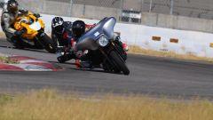 Il pilota americano Josh Herrin mette alla prova la sua Harley-Davidson Street Glide