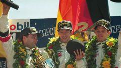 Il più a destra nella foto è un giovanissimo Alex Wurz, vincitore della sua prima Le Mans a 22 anni con la Porsche