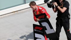 Il plateale gesto polemico di Vettel, intento a scambiare i cartelli in parco chiuso