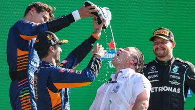 Il podio del GP d'Italia 2021 con Daniel Ricciardo, Lando Norris, Zak Brown (McLaren) e Valtteri Bottas (Mercedes)