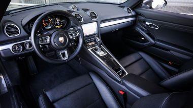 Il posto guida della Porsche 718 Cayman