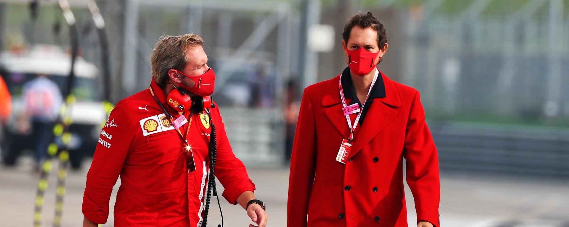 Il presidente della Ferrari John Elkann con un uomo del team, Gino Rosato
