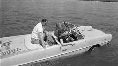 Il Presidente Johnson a bordo della sua auto anfibia