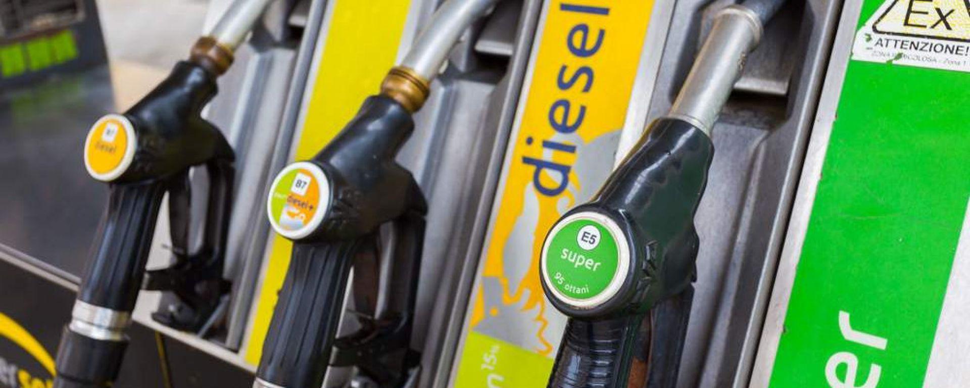Il prezzo della benzina in Italia scende del 10%, ma il petrolio di oltre il 60%