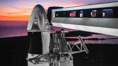 Il razzo Falcon 9 di SpaceX pronto sulla rampa a Cape Canaveral