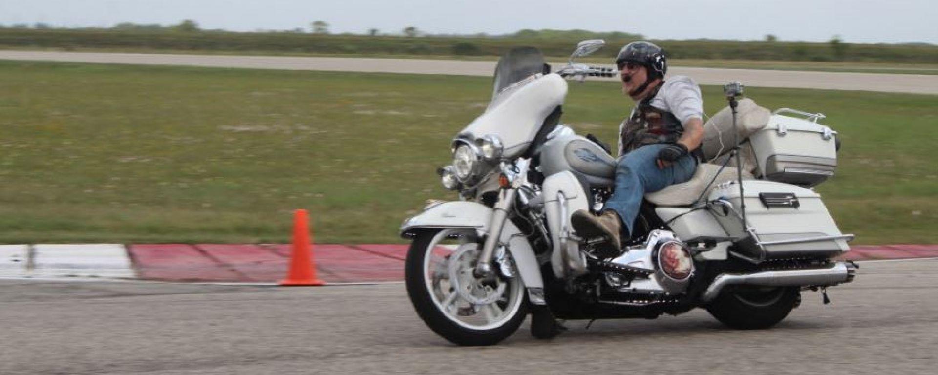 Il record di guida senza mani su una moto è stato fatto negli USA