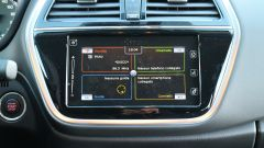 Il sistema di infotainment è diviso in quattro sezioni che contengono le voci di radio, telefono, navigazione e connessione