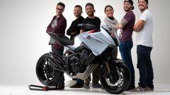 Il team di sviluppatori Honda con il concept CB4 X