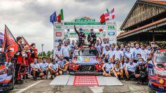 Il team Hyundai Motorsport festeggia la vittoria di Thierry Neuville al Rally d'Alba 2020