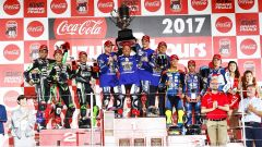 Il team Yamaha Factory Racing sul gradino più alto del podio