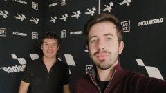 Il telecronista Dazn, Matteo Pittaccio, insieme all'ex pilota Roberto Rolfo