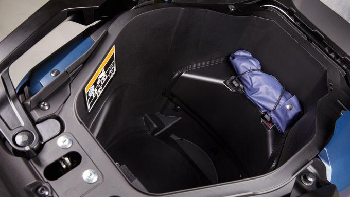 Il vano sottosella dell'Honda Forza 750