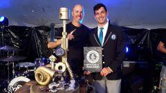 Il vincitore del Demolition Derbi da record con il funzionario del Guinness World Record