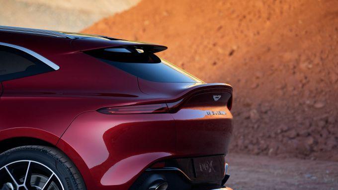 Il vistoso spoiler posteriore della Aston Martin DBX