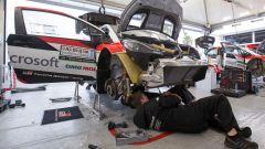 In 30 minuti l'equipe di meccanici è in grado di smontare quasi totalmente una Yaris WRC