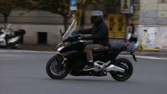 in città con l'Honda Forza 750