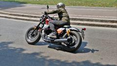 In piega con la Moto Guzzi V9 Bobber Sport