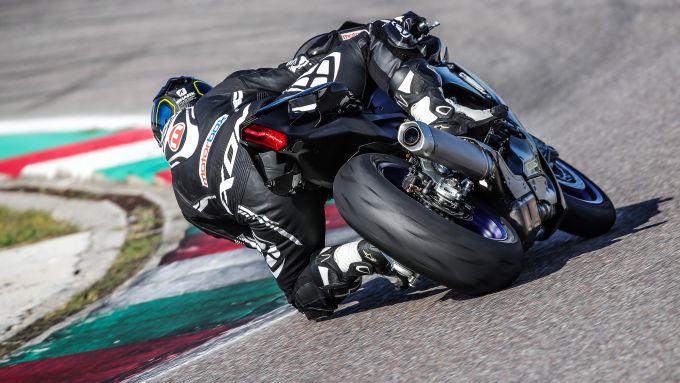 In piega con la Yamaha R1