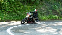 In piega, la Moto Guzzi V7 Racer 10° Anniversario tocca presto l'asfalto con cavalletto e scarico