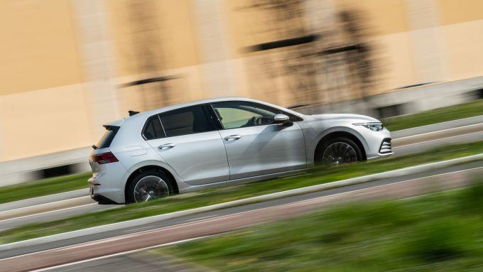 In prova con la Volkswagen Golf 1.0 eTSI DSG Life