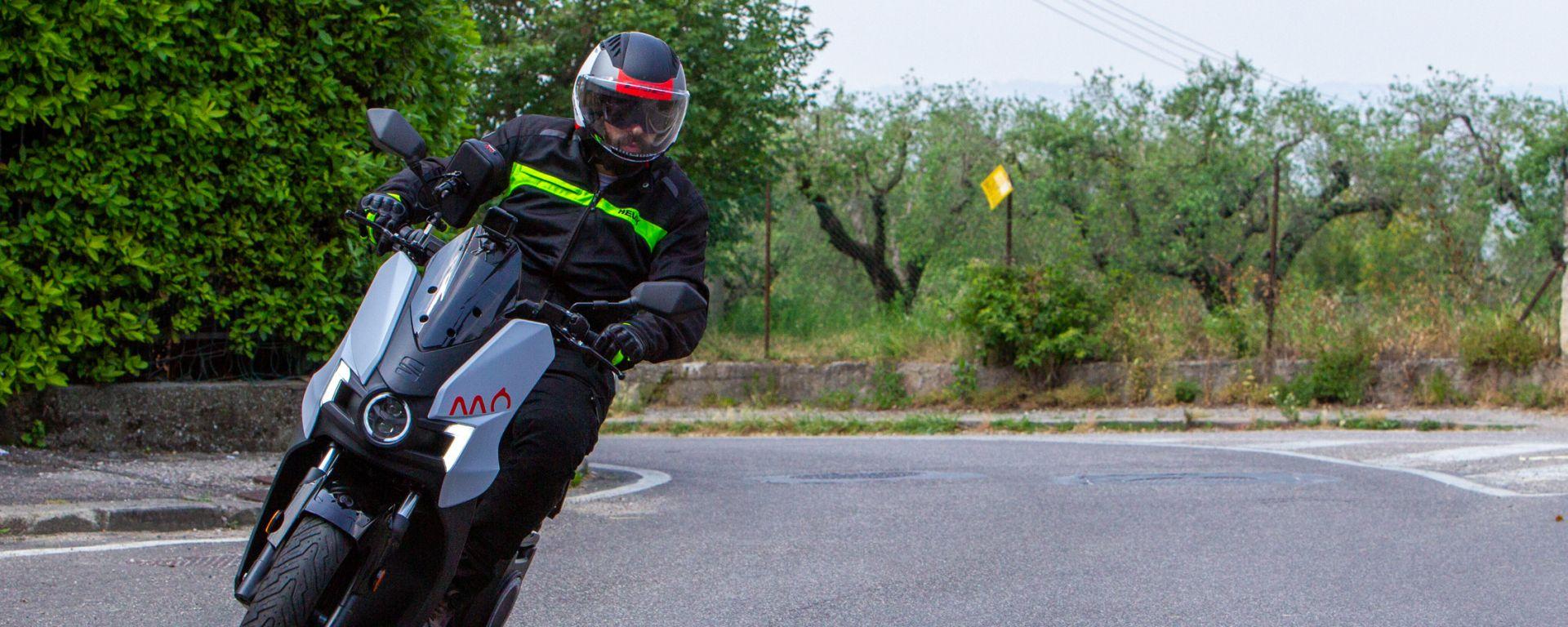 In sella al Seat Mò e-Scooter 125