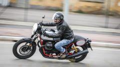 In sella alla Moto Guzzi V7 III Racer