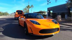 In un video YouTube, sfida alla fune tra Tesla Roadster e Ford F-650. Ma c'è il trucco