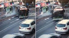 Incidente camion Amsa-filobus, le immagini delle telecamere di sorveglianza