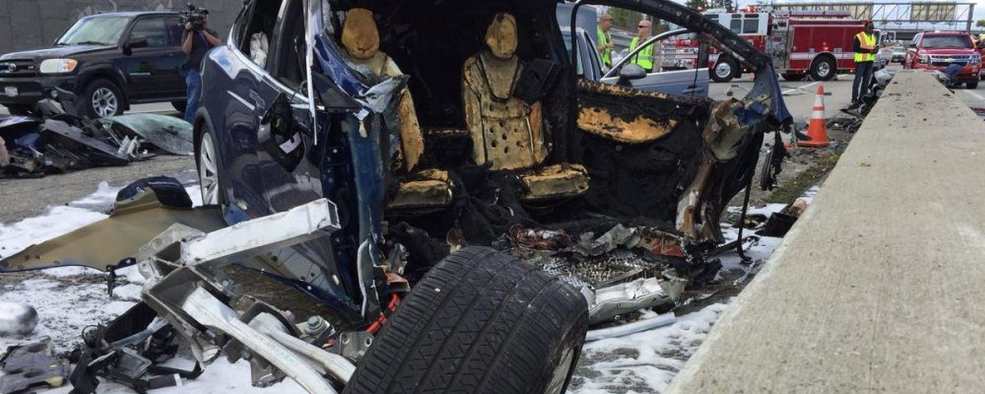 Incidente mortale Tesla Model X, il costruttore accusa il guidatore